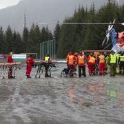 Passagiere steigen aus einem Rettungshubschrauber, nachdem sie vom Kreuzfahrtschiff