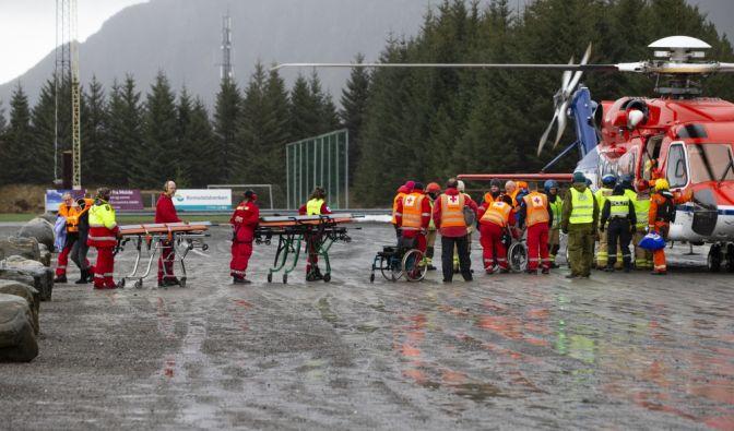 """Passagiere steigen aus einem Rettungshubschrauber, nachdem sie vom Kreuzfahrtschiff """"Viking Sky"""" gerettet wurden. (Foto)"""