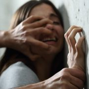 Bei einem Streit hat ein Mann seiner Frau Batteriesäure ins Auge gespritzt (Symbolbild).