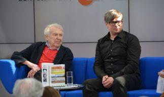Die Autoren Pavel Kohout (links im Bild) und Jaroslav Rudis (für den Buchpreis nominiert) aus dem diesjährigen Gastland Tschechien nahmen Platz auf dem Blauen Sofa und sprachen über ihre aktuellen Bücher und die tschechische Literatur im Allgemeinen. (Foto)