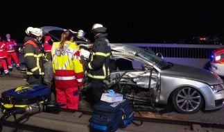 Feuerwehrleute sind nach einem Unfall auf der Köhlbrandbrücke im Einsatz. (Foto)