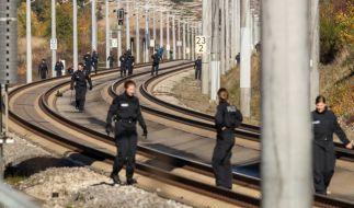 Polizisten suchen auf der ICE-Strecke zwischen Nürnberg und München die Schienen ab. (Foto)