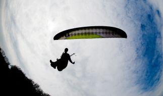 Eine junge Frau wollte ihren 18. Geburtstag mit einem Fallschirmsprung feiern - doch das Vorhaben endete in einer tödlichen Tragödie (Symbolbild). (Foto)
