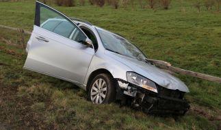 Ein Auto steht nach einem Unfall mit einer Zaunlatte in der Windschutzscheibe auf der Böschung neben der Bundesstraße 16. (Foto)