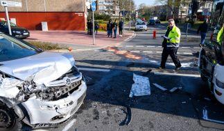 Junger Mann (22) überholt auf Kreuzung und rammt Schulbus frontal! (Foto)