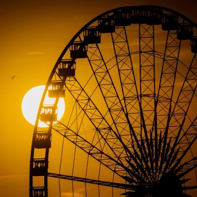 Mitten in der Stadt! Pärchen hat Sex in gläserner Riesenrad-Gondel (Foto)