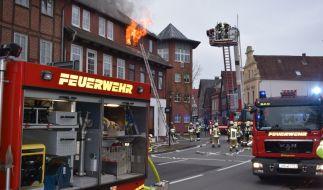 Feuerwehrleute bekämpfen einen Brand in einem Mehrfamilienhaus in Stadthagen. (Foto)