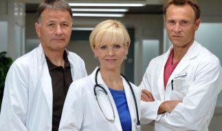 """Thomas Rühmann, Andrea Kathrin Loewig und Bernhard Bettermann (von links nach rechts) gehören zur Hauptbesetzung der ARD-Ärzteserie """"In aller Freundschaft"""". (Foto)"""
