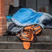 Zwei Unbekannte knüppeln auf schlafenden Obdachlosen ein (Foto)