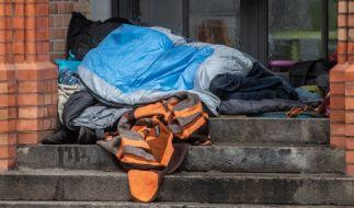 Zwei Unbekannte knüppelten in Berlin auf einen schlafenden Obdachlosen ein (Symbolbild). (Foto)