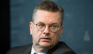 Es wird wohl eng für DFB-Präsident Reinhard Grindel. (Foto)