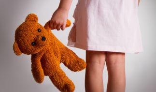 Ein Physiotherapeut aus Nordrhein-Westfalen steht unter Verdacht, mehrere Kinder sexuell missbraucht und kinderpornografisches Material angefertigt zu haben (Symbolbild). (Foto)