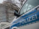 in Polizeiwagen steht vor dem Rathaus. Nach einer Drohmail wurde Rathausvon der Polizei weiträumig abgesperrt und geräumt. (Foto)