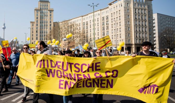 Deutsche Wohnen enteignen: Die Demonstration gegen Mietwahnsinn vom 06. April am Straußberger Platz in Berlin (Foto)