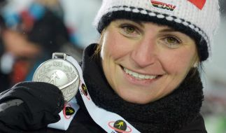 Andrea Henkel mit ihrer Silbermedaille beim Biathlon-Weltcup 2013 in Nove Mesto. (Foto)