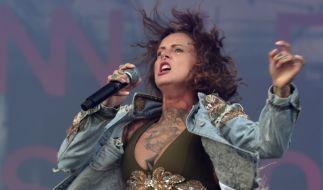 """Jennifer Weist, Frontfrau der Band """"Jennifer Rostock"""", zeigt gern was die hat. (Foto)"""