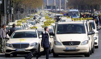 Taxifahrer protestieren auf der Straße des 17. Juni zwischen Brandenburger Tor und Siegessäule. (Foto)