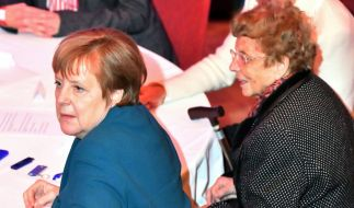 Bundeskanzlerin Angela Merkel (CDU, l) sitzt beim Neujahrsempfang der Stadt Templin neben Herlind Kasner, ihrer Mutter. (Foto)