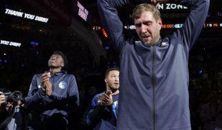 Rührender Abschied: Dirk Nowitzki (r) von den Dallas Mavericks weint während er sich bei den Fans bedankt. (Foto)