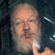 Derbärtige, sichtlich gealterte Assange bei seiner Festnahme. (Foto)