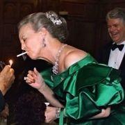 Nicht ohne meine Zigarette: Selbst im smaragdgrünen Abendkleid kann die dänische Königin, hier bei einem Galadinner in New York Ende 1999, nicht auf den Glimmstängel verzichten.