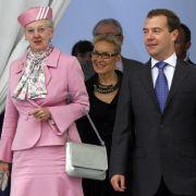 Ihren Staatsbesuch beim 2011 amtierenden russischen Präsidenten Medvedev absolvierte Königin Margrethe von Dänemark gewohnt souverän in zartem Rosa.