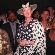 Anlässlich eines Staatsbesuches in Südafrika im Jahr 1996 entschied sich Königin Margrethe von Dänemark, hier neben Erzbischof Desmond Tutu, für ein gewagtes Schmetterlings-Ensemble in schwarz-weiß.