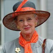 Mut zum Hut: Anlässliches ihres Besuches in Schleswig im Jahr 2004 setzte die dänische Königin auf einen auffälligen Look mit orangefarbenen Akzenten.