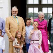 Im Kreise ihrer Familie - hier mit Kronprinz Frederick, Prinz Vincent, Prinz Henrik, Prinzessin Josephine, Prinz Christian, Prinzessin Isabella und Kronprinzessin Mary - sticht Königin Margrethe von Dänemark als pinkfarbener Farbtupfer hervor.
