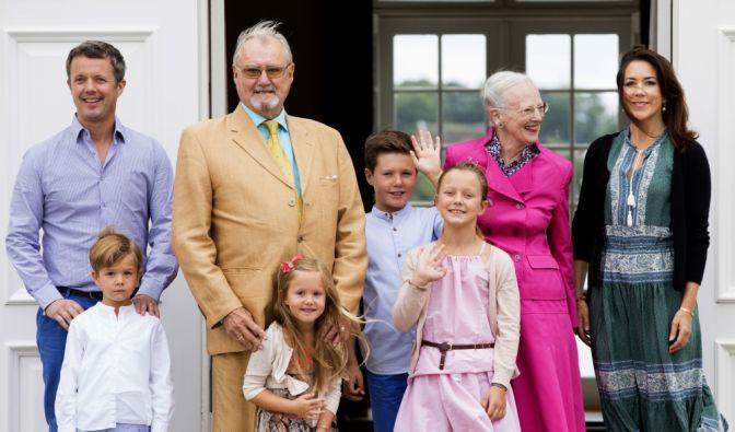 Im Kreise ihrer Familie - hier mit Kronprinz Frederick, Prinz Vincent, Prinz Henrik, Prinzessin Josephine, Prinz Christian, Prinzessin Isabella und Kronprinzessin Mary - sticht Königin Margrethe von Dänemark als pinkfarbener Farbtupfer hervor. (Foto)