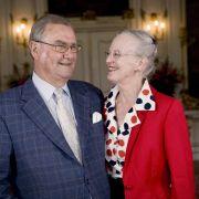Als echter Gentleman überließ Prinz Henrik seiner Gattin Königin Margrethe von Dänemark das Rampenlicht - und zeigte sich neben der in strahlendem Rot gewandeten Monarchin in gedeckten Farbtönen.