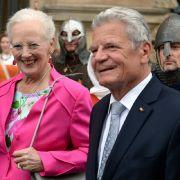 Zu ihrem Deutschland-Besuch im Herbst 2014 packte Königin Margrethe ein knalliges Outfit in Pink nebst Blümchenbluse in den Koffer. Bundespräsident Joachim Gauck dürfte der farbenfrohe Auftritt gefallen haben.