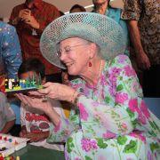 Bei ihrem Besuch in Indonesien im Herbst 2015 glänzte Königin Margrethe in einem auffällig geblümten Kleid samt sommerlicher Hutkreation.