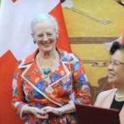 Königin Margrethe von Dänemark hat ein Händchen für modische Details: Ihr florales Outfit, das die Königin im April 2014 in China trug, kombinierte die modebewusste Monarchin mit auffälligem Türkissschmuck.