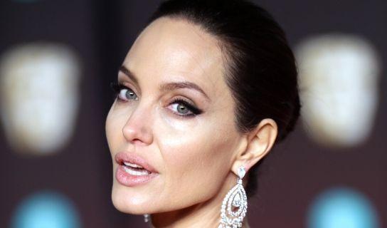 Weil Angelina Jolie ein 87-prozentiges Risiko einer Brustkrebs-Erkrankung in sich trug, ließ sich die Hollywood-Schönheit 2013 beide Brüste amputieren. (Foto)