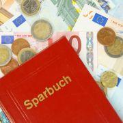 Erspartes bedroht!SO retten Bankkunden ihr Sparbuch (Foto)