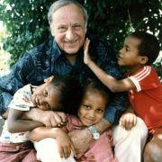 Kinderdorf-Gründer Hermann Gmeiner mit Kindern