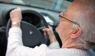 Eine 84-jährige Geisterfahrerin verursachte am Osterwochenende einen Unfall mit drei Verletzten, auch ein Kind kam zu Schaden (Symbolbild). (Foto)