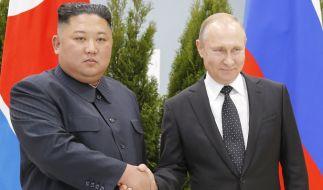 Wladimir Putin (r.) empfängt Kim Jong-un in Wladiwostock. (Foto)