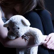 Mutter sieht zu, wie Freund, Sohn und Ex-Mann Tochter (4) missbrauchen (Foto)