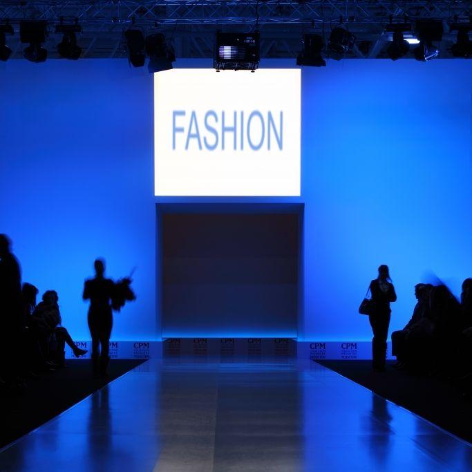 Male-Model (26) kollabiert auf Laufsteg von Fashion-Show (Foto)