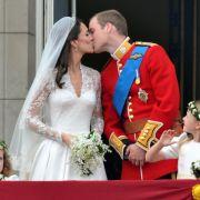 Ein Kuss für die Ewigkeit: Prinz William und seine frischgebackene Ehefrau Herzogin Kate besiegeln ihre Liebe.