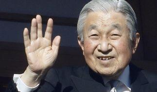Kaiser Akihito von Japan winkt auf dem verglasten Balkon seines Chowa-Den-Palastes. Der 85-Jährige dankt nach 30 Jahren auf dem Thron ab. (Foto)