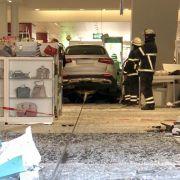 Komplett ungebremst! Auto rast in Einkaufszentrum (Foto)