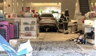 In Hamburg ist ein Rentner mit seinem Fahrzeug in ein Einkaufszentrum gerast. (Foto)