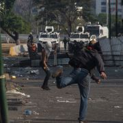 Demonstranten werfen Molotowcocktails in Richtung venezolanischer Sicherheitskräfte.