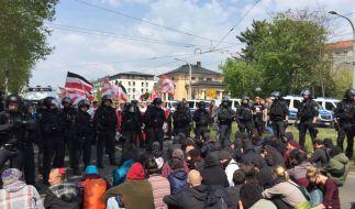 Polizisten stehen an einer Straßenblockade eines Gegenprotests bei einer NPD-Demo in Dresden. (Foto)