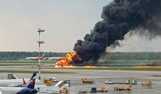 Ein Bild zeigt ein russisches Passagierflugzeug, das kurz nach dem Start Feuer gefangen hat und zu dem Moskauer Flughafen Scheremetjewo zurückkehren musste. (Foto)