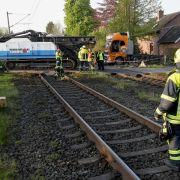 Zug knallt auf Bahnübergang mit Lkw zusammen - 2 Schwerverletzte! (Foto)