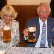 Prinz Charles und Ehefrau Camilla scheinen ihren Besuch im Münchner Hofbräuhaus sichtlich zu genießen.